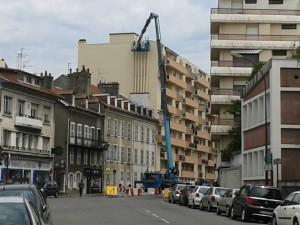 Ravalement de façade d'un immeuble avec grue
